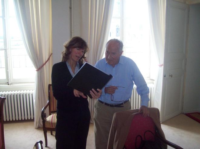 Alain Decaux en discussion avec Candice Nancel Burgess, présidente des American Friends of Chantilly